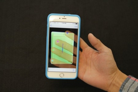 HandyCase añade control táctil en la trasera del móvil mientras simula tus dedos en la pantalla
