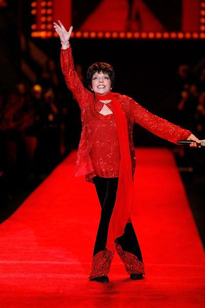 Foto de Celebrities de rojo en el desfile de la colección The Heart Truth (2/5)
