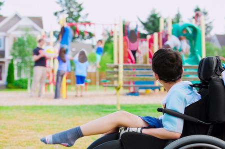 Tras un año de lucha, una madre logra que instalen en el parque un columpio para su hijo con discapacidad motora