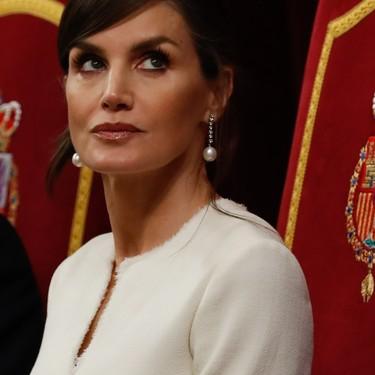 La reina Letizia tiene el vestido blanco más bonito para ocasiones especiales y ha sabido abrigarlo para triunfar