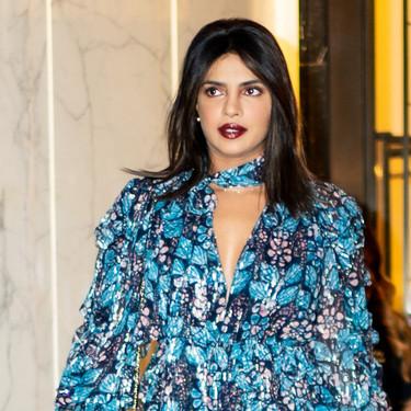 Priyanka Chopra luce el perfecto look de entretiempo con un vestido de flores ideal