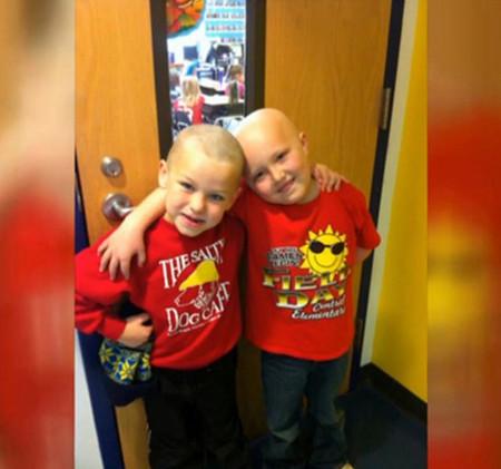 Los niños saben cómo animar a sus amigos: la historia sobre la enfermedad de Zac, y cómo Vincent se rapó por él