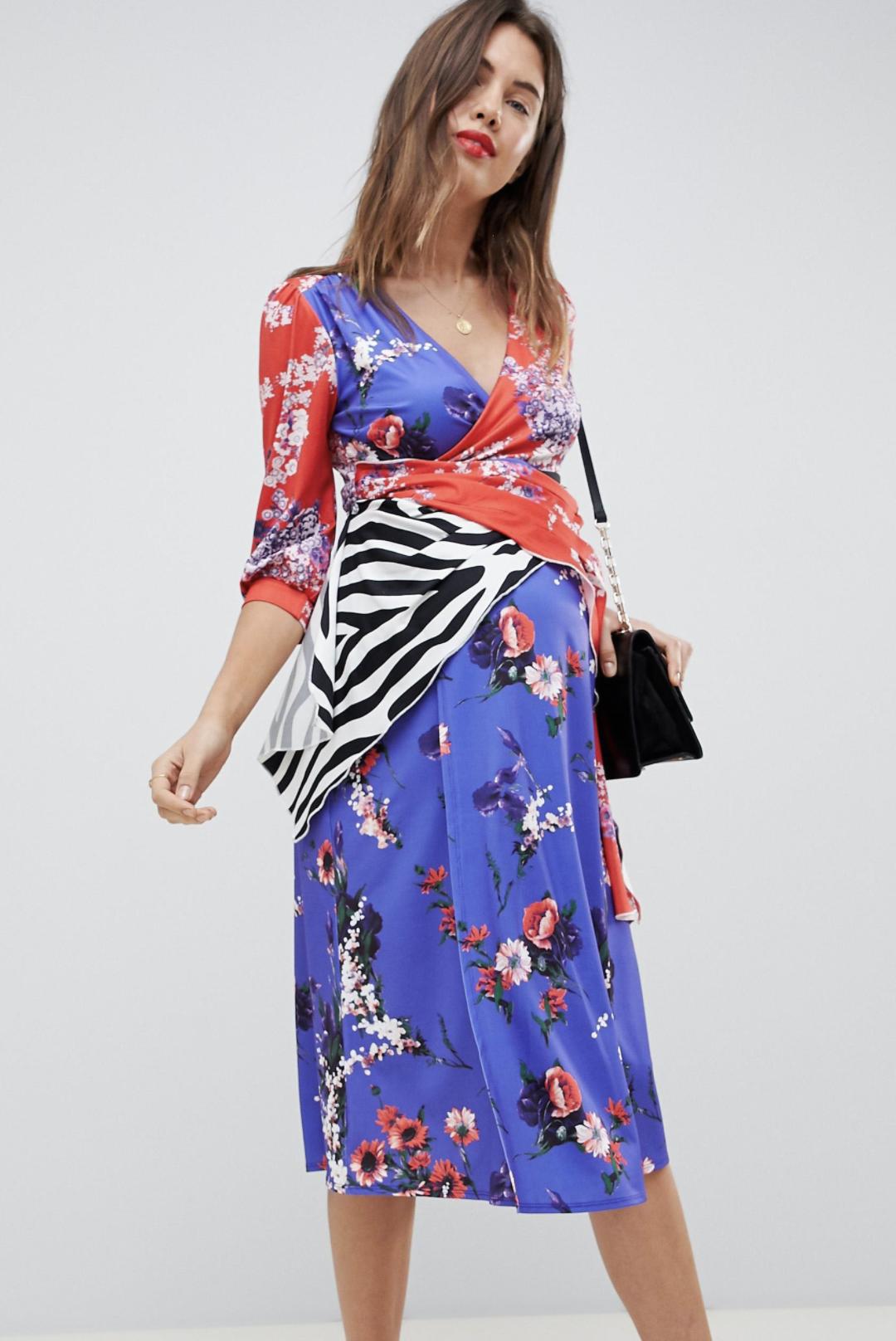 Vestido con mezcla de estampados trophy de ASOS DESIGN Maternity