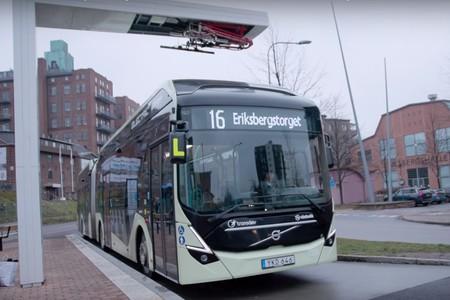 El nuevo autobús eléctrico y articulado de Volvo promete llevar hasta 150 pasajeros y ser un 80% más eficiente que un diésel