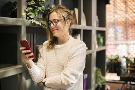 El uso del móvil por parte de los padres está asociado a una mejor crianza, siempre que no reste tiempo en familia