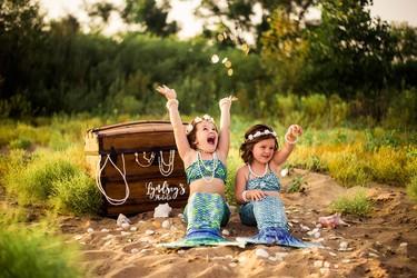 La adorable sesión de fotos de unas hermanitas vestidas de sirenas