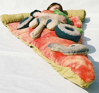 Saco de dormir con forma de porción de pizza