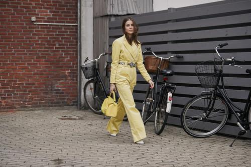 No es una suposición, tan solo una afirmación: los looks monocolor se llevan, y la calle nos lo demuestra a golpe de estilo