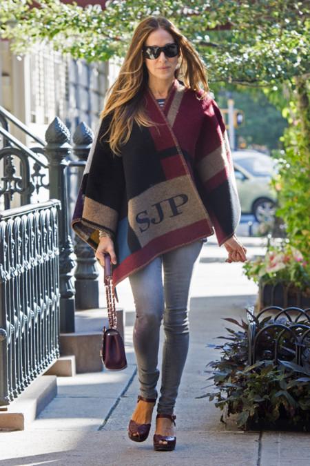 Sarah Jessica Parker también sucumbe al poncho de Burberry