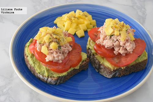 Tostas de aguacate cremoso, atún y mango en pan de centeno. Receta saludable