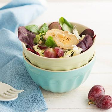 Ensalada de salvia roja, uvas y piñones con queso de cabra a la plancha, receta para disfrutar cuidándose