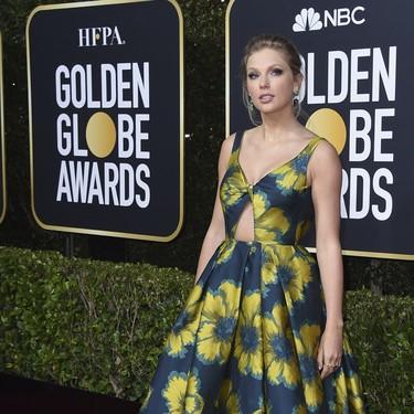 Taylor Swift patina con un vestido de flores demasiado veraniego en la alfombra roja de los Globos de Oro 2020