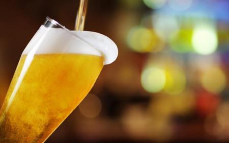 ¿Cómo es mejor tomar una cerveza: en botella, de barril o lata?