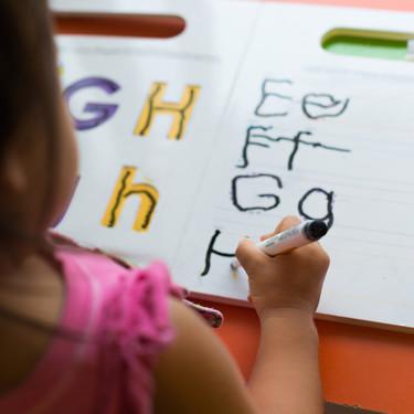 La pauta de caligrafía Montessori y otros recursos del método para enseñar a los niños a escribir