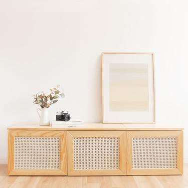 Seguimos enganchados a los muebles de rejilla; ahora también pueden estar en el mueble de la televisión o en un aparador de tu salón