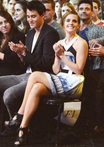 ¿Pero quién se casa? ¿Pero qué invento es este? ¿Emma Watson buscando anillaco de compromiso?