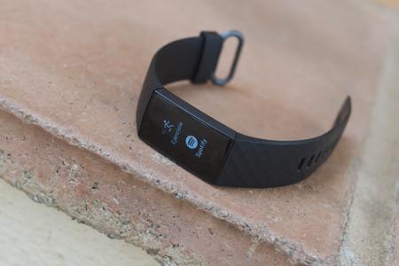Esta pulsera de actividad Fitbit con GPS y NFC te permite pagar desde la muñeca y vuelve a estar rebajada en Amazon