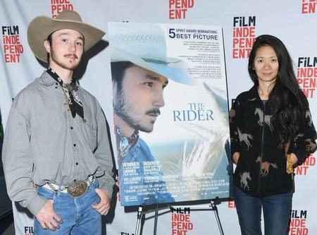 Brady Jandreau y Chloe Zhao con el póster de The Rider