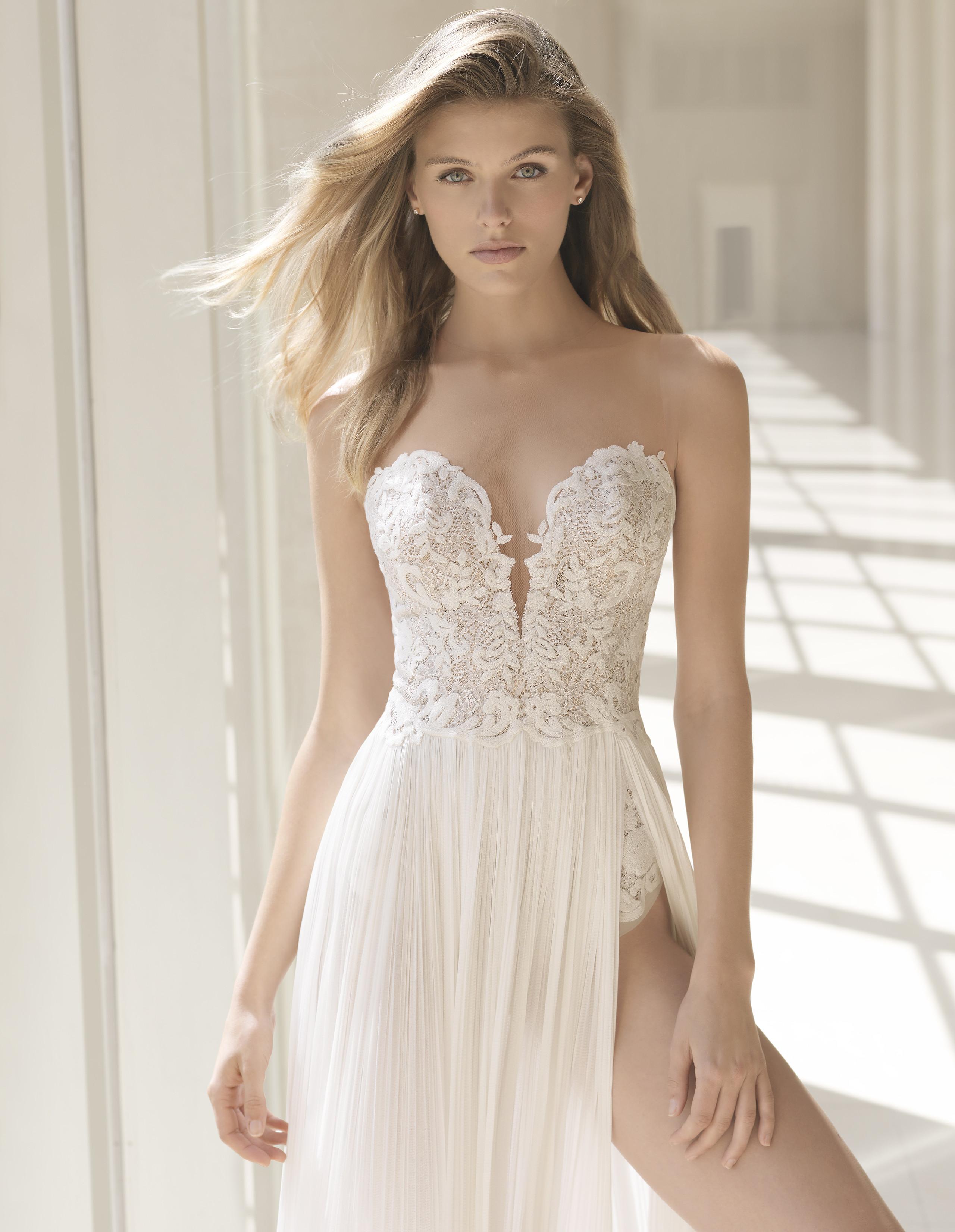 7841b92fc26fe Foto de Los vestidos de novia más sexys los firma Rosa Clará en su  colección 2018 ...