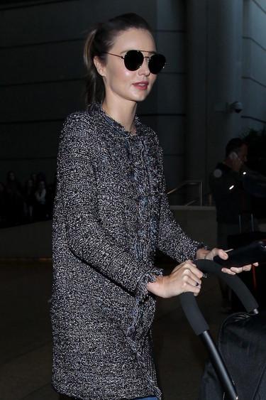¿Te vas de vacaciones en avión estas Navidades? Apunta el look de Miranda Kerr porque no sólo es bonito sino que es cómodo