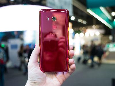 """HTC U11 Eyes, toma de contacto: es tu móvil si tu prioridad son los """"selfies"""" y no aburrirte nunca del color de tu smartphone"""