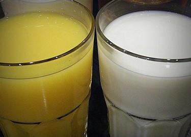 ¿Se puede mezclar la leche y el zumo de naranja?
