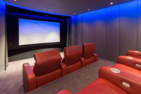 Así es como se pone al día un cine en casa «hipergaláctico»
