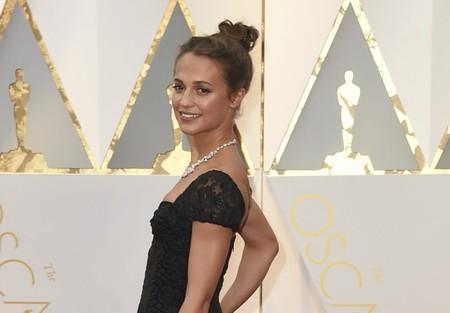 Alicia Vikander apuesta todo al negro con un Louis Vuitton de aires flamencos en los Oscar 2017