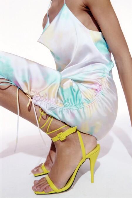 Los vestidos lenceros de satén invaden la nueva colección de Zara (y se visten con estampado tie dye)