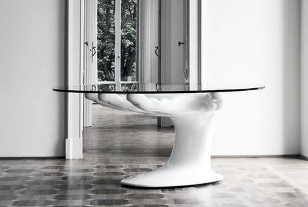 Una mesa original, su pie es una gran mano
