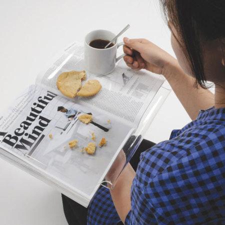 Bandeja para desayunar sin manchar el periódico