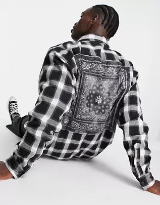 Camisa negra extragrande con panel con estampado de cachemir en la espalda de franela de Mennace
