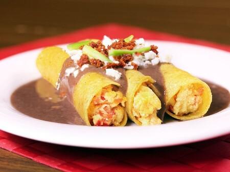 Huevos a la veracruzana. Receta fácil de la cocina mexicana para el desayuno