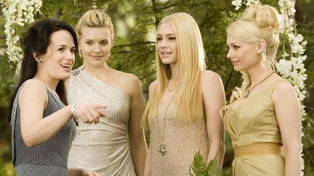 También hay otros personajes en Amanecer parte 1 aparte de Bella, Edward y Jacob