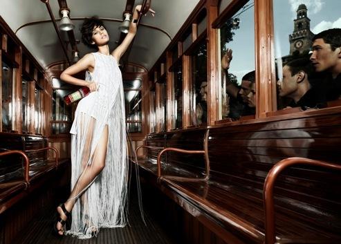 Foto de Olga Kurylenko, un bellezón para el nuevo calendario Campari (9/12)