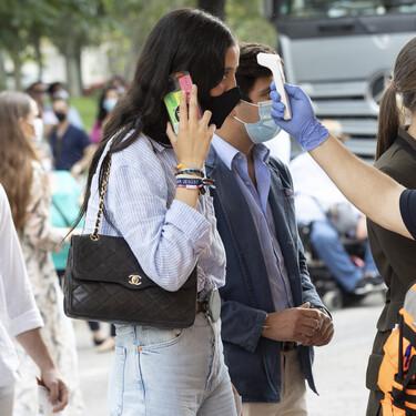 Victoria Federica nos enseña otro de sus bolsos de lujo combinado con un look informal de tendencia