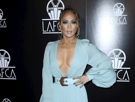 Jennifer López triunfa con su escotazo de vértigo en los Premios LAFCA, por ella no pasan los años