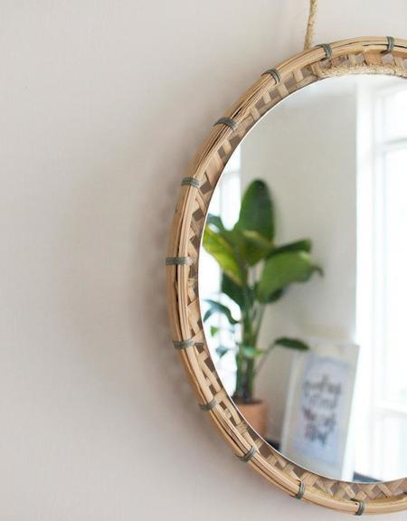 Un espejo colgante