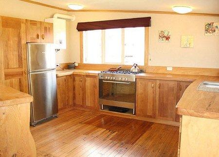 Una cocina de madera reciclada for Muebles con madera reciclada