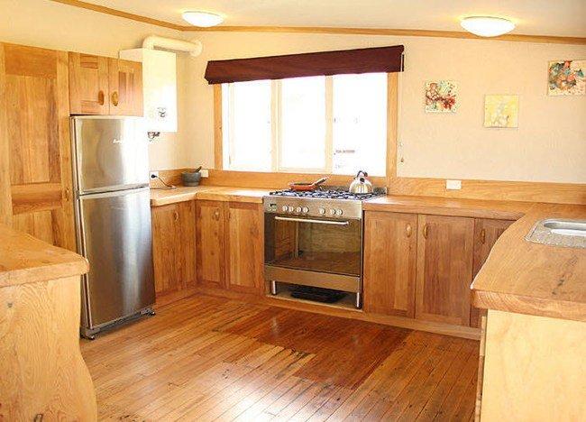 Una cocina de madera reciclada for Encimeras de madera para cocinas
