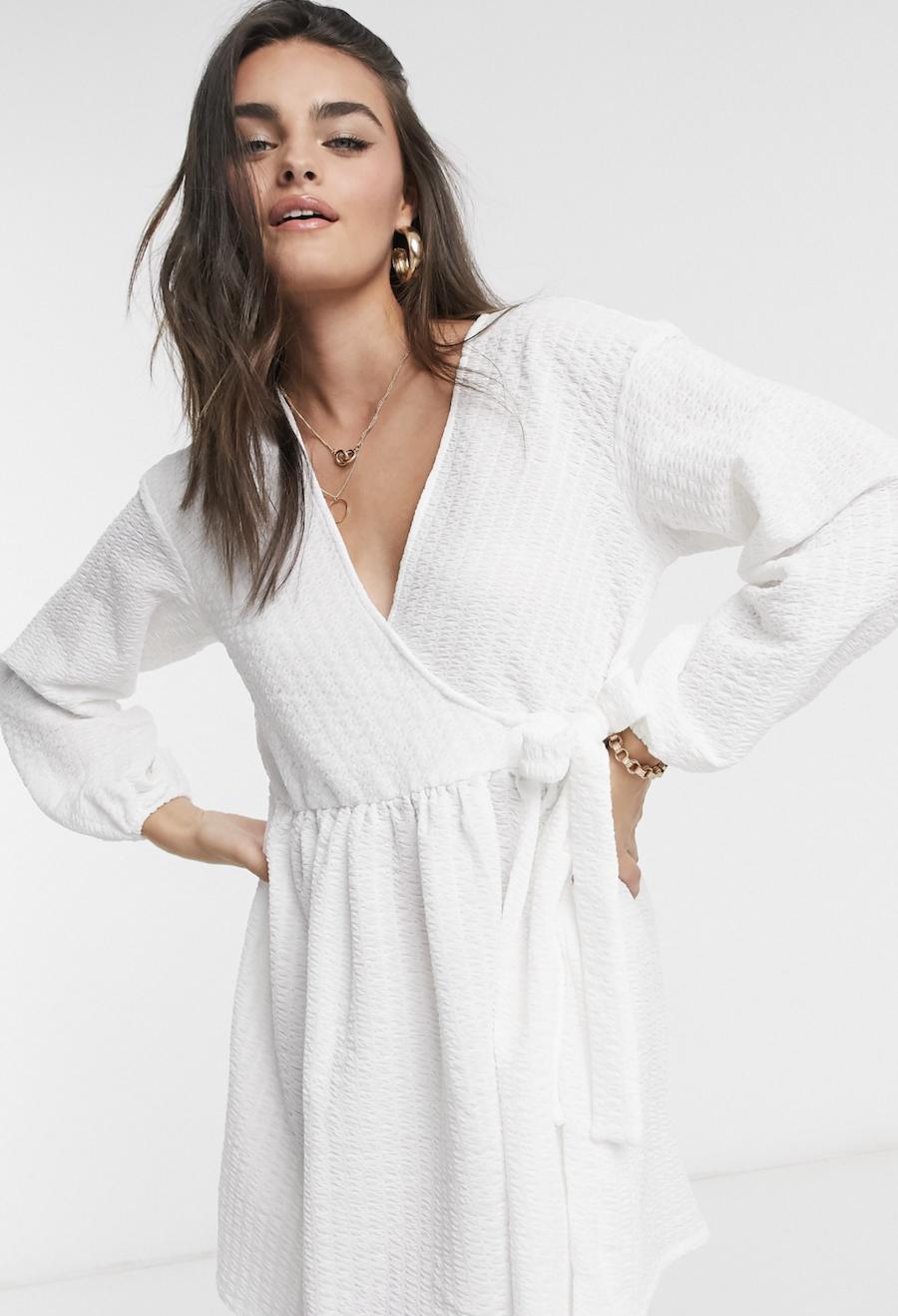 Vestido corto amplio color marfil con diseño cruzado y extragrande de ASOS DESIGN