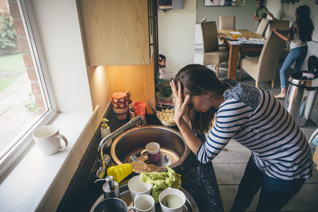 ¿Por qué las madres siempre estamos cansadas? Porque trabajamos 98 horas a la semana