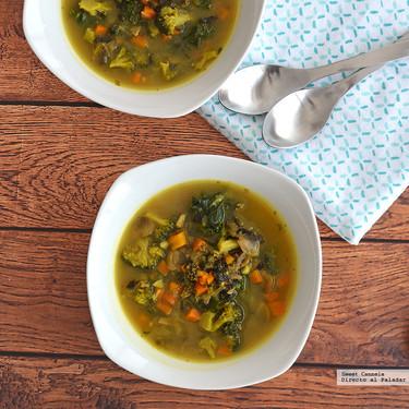Sopa Detox de verduras y cúrcuma. Receta Saludable