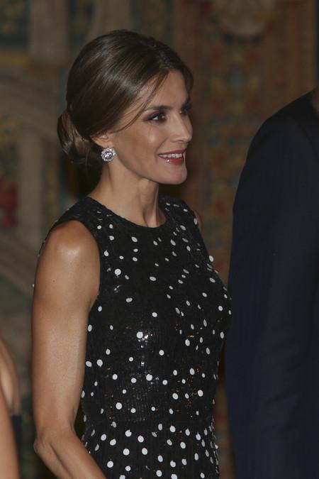 Doña Letizia apuesta por los lunares de tendencia para su look de noche