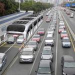 Este autobús no entorpecerá el tráfico porque los coches pasan debajo de él