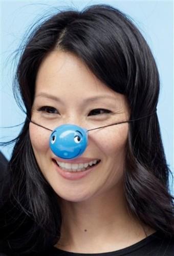 Lucy Liu se pone la nariz azul de la solidaridad