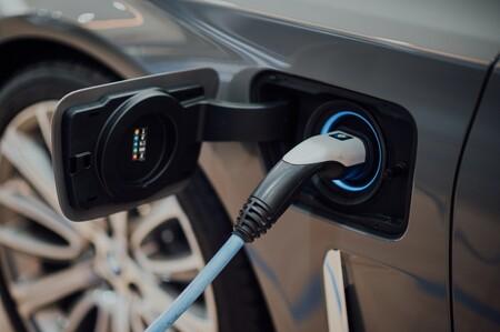 El sector del automóvil propone 340.000 puntos de recarga públicos en 2030 para catapultar el coche eléctrico en España