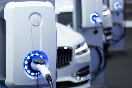 Guía de términos para entender un auto eléctrico: qué es rango de autonomía, kWh y cómo se mide la potencia de carga