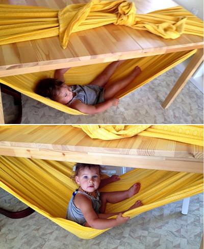 Haz una hamaca para tu bebé con una tela y una mesa