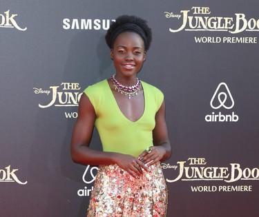 Sin sujetador y con muchos brillos ¿qué te parece el arriesgado look de Lupita Nyong'o?